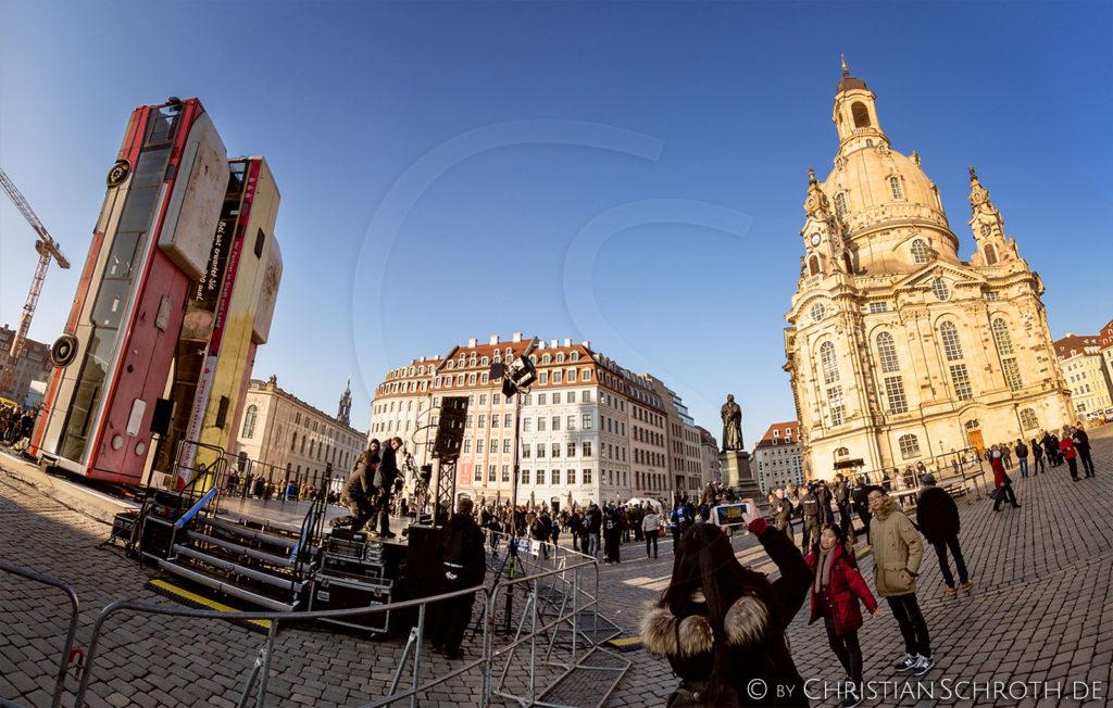 Kunst Krieg Manaf Halbouni Installation Monument Frauenkirche Dresden Zerstörung Aleppo