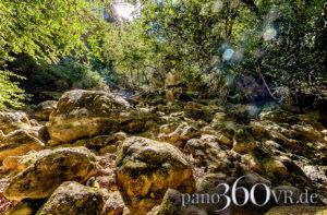 Trockenes Flussbett der Nesque